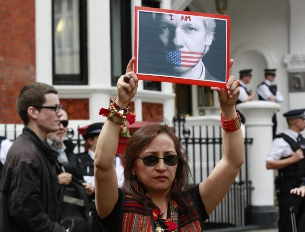 Manifestante pró-Assange protesta em frente ao prédio da embaixada equatoriana, em Londres, nesta quinta-feira (16) (Foto: Reuters)