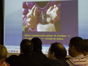 9/5/2013 - No telão, é exibida imagem que simula uma suposta tentativa de defesa de Suzana Marcolino (Foto: Jonathan Lins/G1)