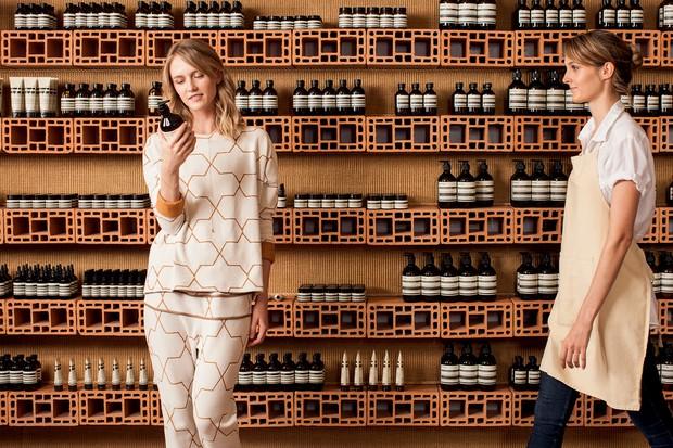 Com projeto dos irmãos campana, a marca cool de cosméticos inaugura sua segunda loja (Foto: Deco Cury)