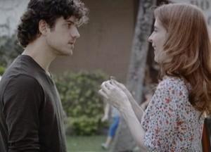 Irene dá anel a Bento e Fabinho sem perceber que Fabinho está por perto (Foto: Sangue Bom/TV Globo)