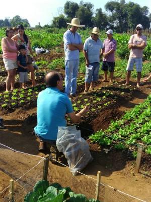 Engenheiro agronômo da prefeitura ministra cursos de compostagem para os participantes das hortas comunitárias (Foto: Rodolfo Brasil Queiroz / Arquivo Pessoal)