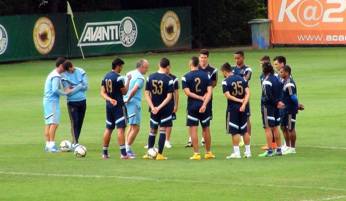 Dorival Júnior reúne os titulares no gramado da Academia de Futebol do Palmeiras (Foto: Marcelo Hazan)