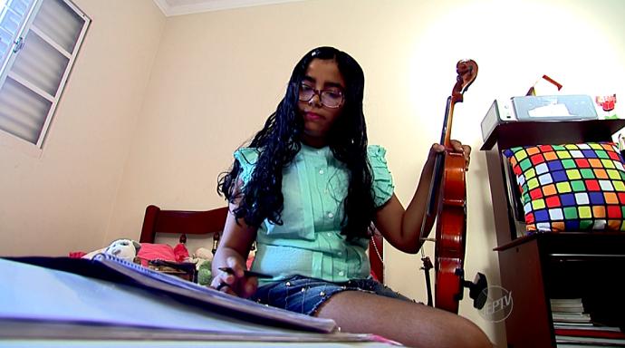 A paixão da Ana Beatriz Gil pela música é o move esta jovem estudiosa (Foto: reprodução EPTV)