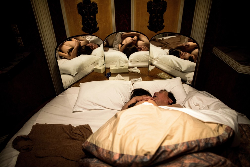 Senji Nakajima abraça boneca de silicone, enquanto dorme em um hotel romântico em Yachimata (Foto: Behrouz Mehri / AFP )