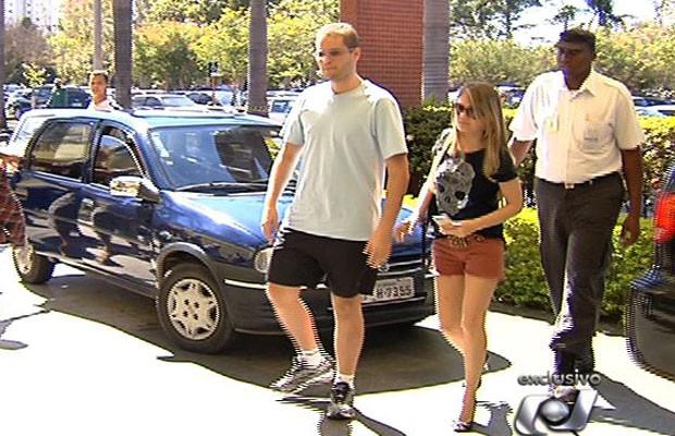 Ao lado da mulher, cantor sertanejo Pedro Leonardo chega ao CRER para fazer tratamento, em Goiânia (Foto: Reprodução/TV Anhanguera)