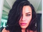 Adriana Lima capricha no carão para selfie e ganha chuva de elogios