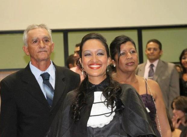 Juliane Peixinho é jornalista e trabalha na TV Grande Rio há dois anos (Foto: Arquivo Pessoal)