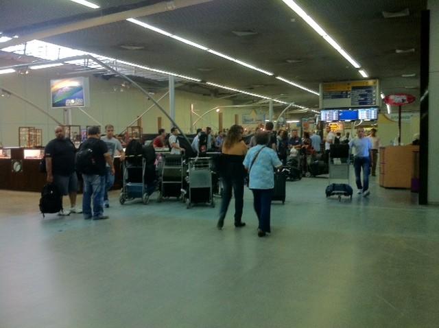 Passageiros que seguiam para São Paulo serão realocados para outros voos (Foto: Ana Graziela Maia/G1 AM)