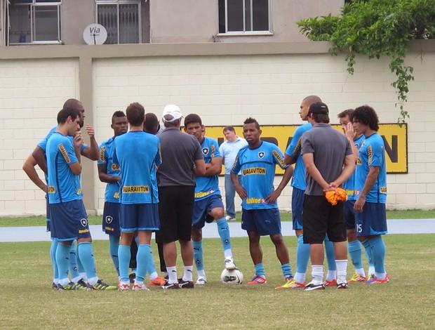 Oswaldo conversa com os  titulares (Foto: Thales Soares / Globoesporte.com)