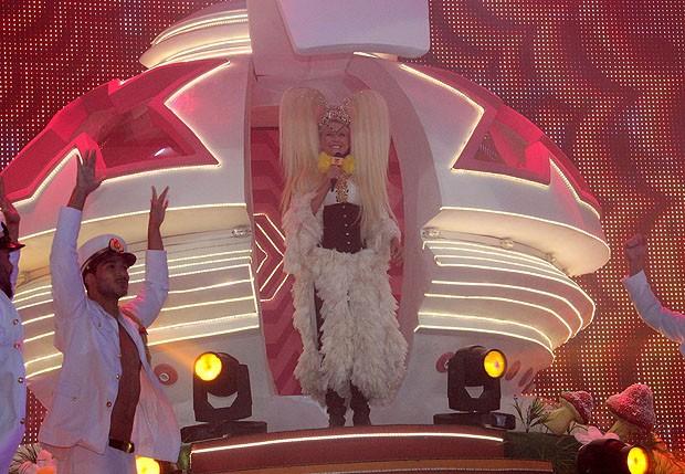Xuxa desce de sua nave no palco do Vivo Rio (Foto: Wallace Barbosa/AgNews)