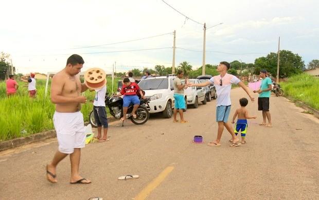 Grupo, com adultos e crianças, se reúne nos fins de semana para soltar pipas (Foto: Acre TV)
