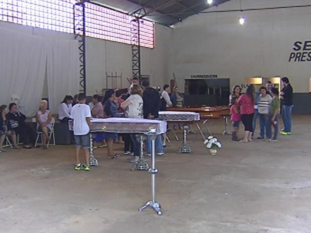 Velório foi realizado neste domingo no salão paroquial  (Foto: Reprodução/TV TEM)