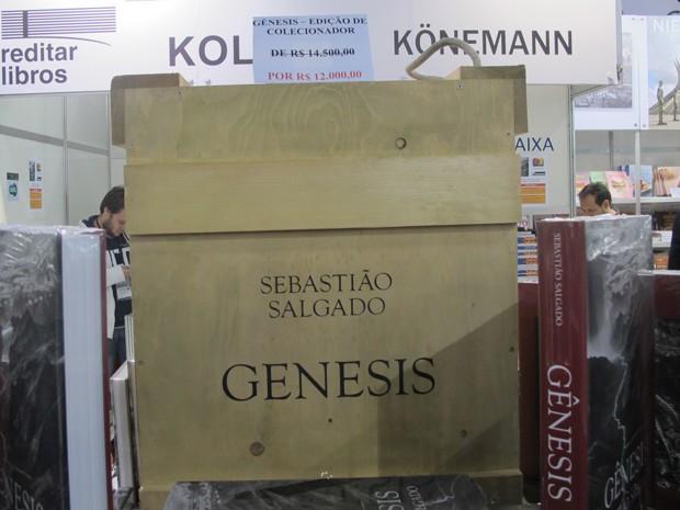 Versão luxuosa de 'Gênesis', do fotógrafo brasileiro Sebastião Salgado, custa R$ 12 mil na Bienal de São Paulo (Foto: Cauê Muraro/G1)