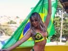 De biquíni, Carol Narizinho torce na laje para o Brasil