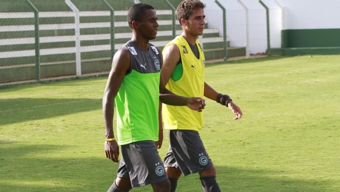 Carlos e Everton, jogadores do Goiás (Foto: Rosiron Rodrigues/Goiás E.C.)