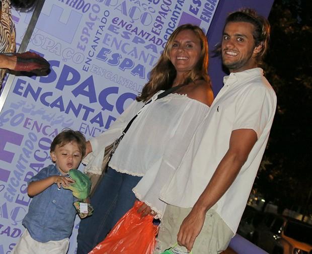 elipe Simas comemora os 3 anos do filho Joaquim com a mulher (Foto: Fabio Moreno/Agnews)