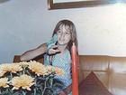 Xuxa posta nova foto da infância, segurando o periquito 'Nando'
