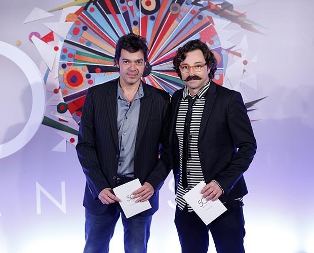 Bruno Mazzeo posou ao lado de Emílio Orciollo Neto com um bigode estiloso (Foto: Fábio Rocha / Gshow)