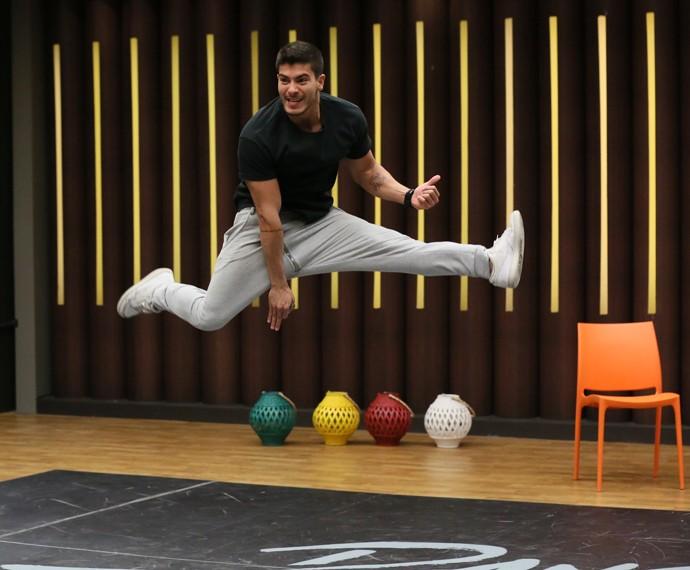 Arthur Aguiar brinca enquanto voa (Foto: Isabella Pinheiro / Gshow)