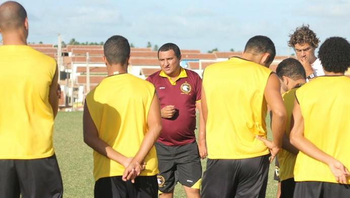 Higor César, treinador do Globo FC, conversa com jogadores (Foto: Canindé Pereira/Divulgação)