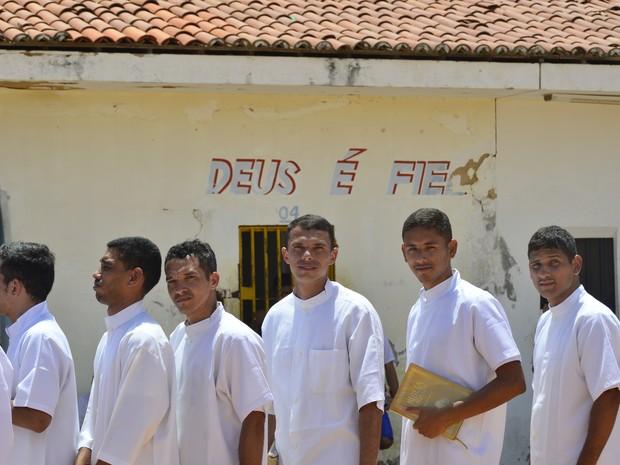 Para os detendos, batismo é momento de fé e renovação (Foto: Andréa Tavares/G1)