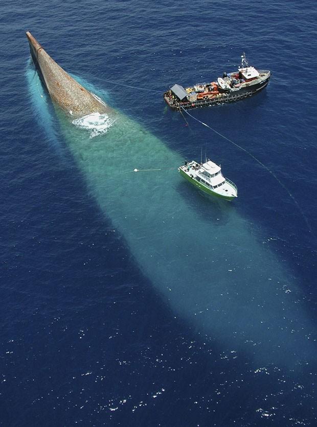 Imagem de arquivo mostra o navio de 155 metros de extensão sendo afundado, em 17 de maio de 2002 (Foto: Reuters/Andy Newman/Florida Keys News Bureau)