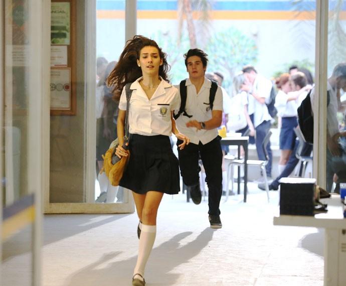 Luciana sai correndo de vergonha e Rodrigo vai atrás dela (Foto: Isabella Pinheiro/Gshow)