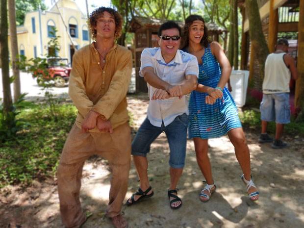 José Loreto e Débora Nascimento brincam com o ator Carlos Takeshi (Foto: Flor do Caribe / TV Globo)