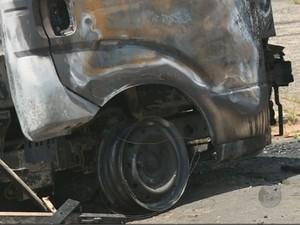 Veículos incendiados pelos criminosos ficaram destruídos (Foto: Reprodução/ EPTV)