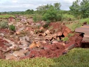 Rodovia foi danificada após rompimento do sistema de drenagem (Foto: Reprodução TV Morena)