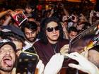 Gene Simmons, da banda Kiss, 'some' em meio a multidão de fãs