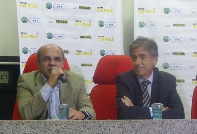Eduardo Bandeira de Mello e Luis Fernandes assinatura contrato Lei Pelé (Foto: Flávio Dilascio)