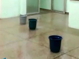 Baldes no chão de hospital municipal de Santa Bárbara d'Oeste (Foto: Reprodução/EPTV)