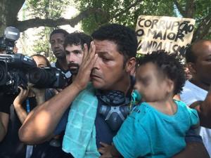Homem acusa policiais de usarem spray de pimenta perto de criança (Foto: Matheus Rodrigues/G1)