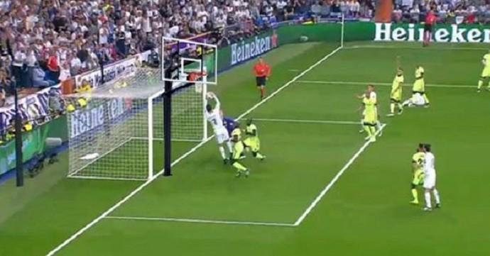 Cristiano Ronaldo em meme da enterrada por mão na bola no Real Madrid x  Manchester City 02befd2298b3a