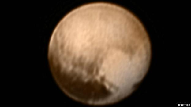 A imagem de 7 de julho sobrepõe registros de duas câmeras da New Horizons (Foto: Reuters/BBC)