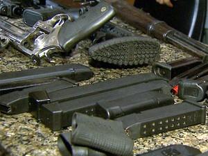 Polícia encontrou armamento durante apreensão de carga supostamente roubada (Foto: Sérgio Oliveira/EPTV)