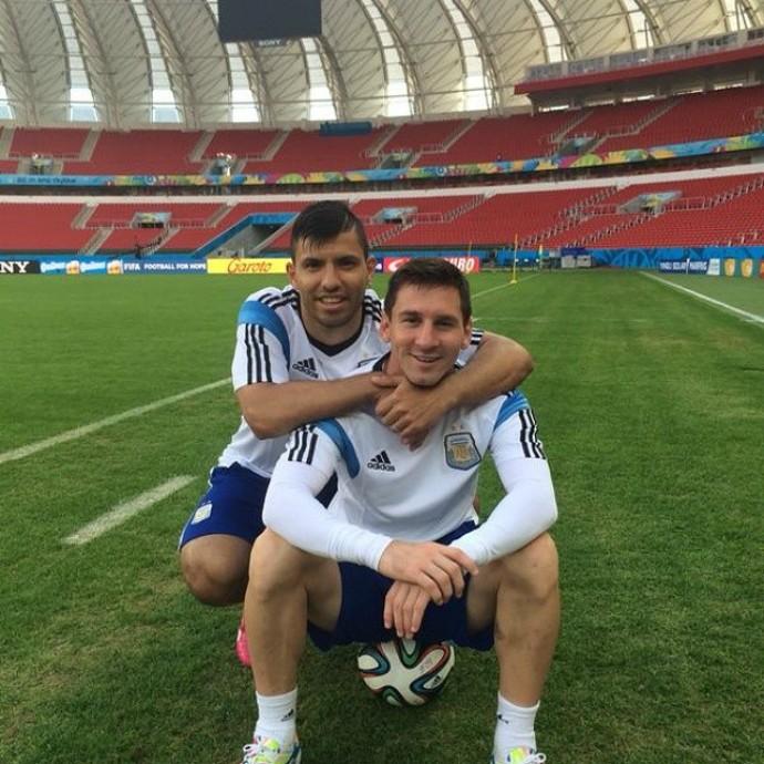 No Beira-Rio, Agüero deseja feliz aniversário a Messi (Foto: Reprodução / Instagram)
