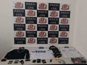 Foram apreendidos dinheiro, um carro, armas e roupas (Foto: Divulgação / Polícia Civil)