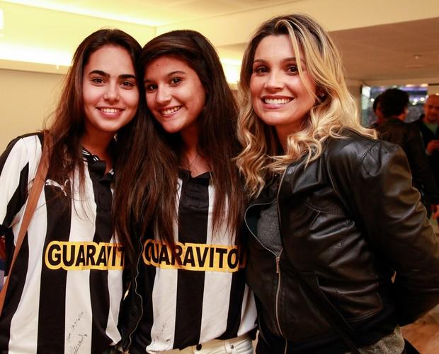 Flávia Alessandra e a filha, Giulia (com uma amiga), assistem a jogo do Flamengo contra o Botafogo, no Maracanã (Foto: Divulgação)