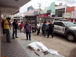 Morador de rua é morto a pauladas em Mossoró, no RN (Foto: Marcelino Neto)