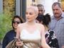 Kylie Jenner faz compras usando vestido justo e curtinho