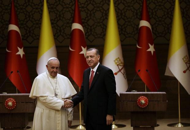 O Papa Francisco durante encontro com o presidente turco, Recep Tayyip Erdogan, em visita à Turquia nesta sexta-feira (28) (Foto: Gregorio Borgia/AP)