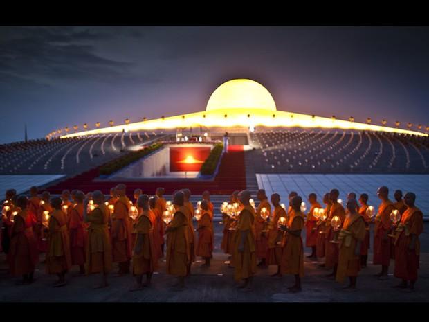 Budistas tailandeses em Wat Dhammakaya comemoram o Visakha Bucha, considerado a data mais importante do budismo. Fiéis de todo o mundo celebram o nascimento, a iluminação e a morte de Buda, há 2.600 anos. (Foto: AP)
