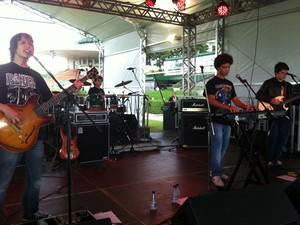 A banda Dazantiga, de Salvador, com integrantes de 12 e 13 anos, toca heavy metal no Lollapalooza, em São Paulo, nesta sexta-feira (29) (Foto: G1)
