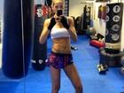 Izabel Goulart exibe barriga cheia de 'gominhos' antes do treino