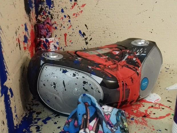 Rádio foi danificado durante ato de vandalismo (Foto: Ivan de Carvalho / Prefeitura de Bertioga)