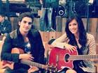 Sophia Abrahão e Fiuk posam com violões em bastidores