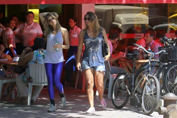 Grazi Massafera vai à restaurante com amiga (Foto: Dilson Silva / Agnews)