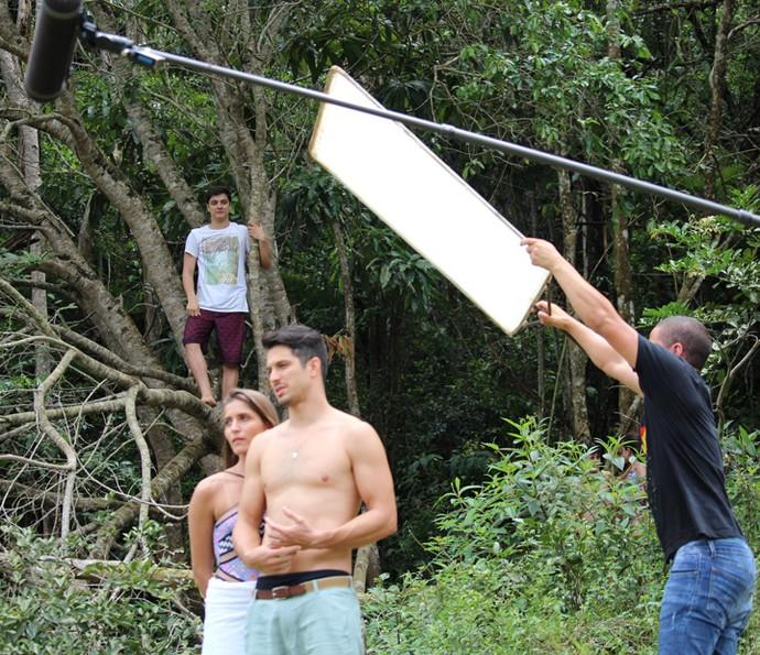 Mateus, personagem de Cadu Libonati, observa Michele, vivida por Maria Joana (Foto: Carolina Rios/Gshow)